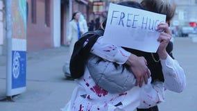 享用万圣夜一刹那暴民的青年人,获得与自由拥抱的乐趣签字 股票视频