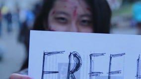 享用万圣夜一刹那暴民,在街道的提供的自由拥抱的女性少年 影视素材