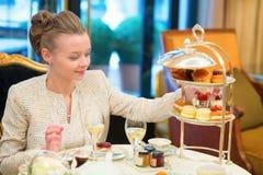 享用下午茶的美丽的妇女 免版税库存照片