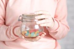 享用不健康的糖食物的俏丽的妇女 库存照片