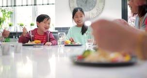 享用与家庭的孩子一个混乱油炸物 股票录像