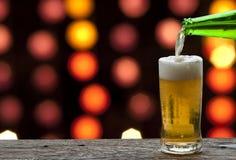 享用与海风景的啤酒 免版税库存图片