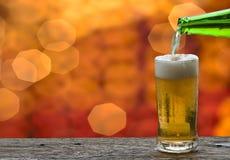 享用与海风景的啤酒 免版税库存照片