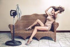 享用与电扇的妇女微风 库存照片