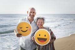 享用与emoji的前辈一个热带海滩 免版税库存图片