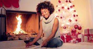 享用书的微笑的少妇在圣诞节 影视素材