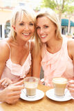 享用二名妇女的咖啡杯 免版税库存照片