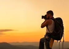 享用五本质老摄影师拍摄需要年 免版税库存图片