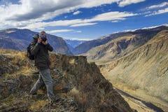 享用五本质老摄影师拍摄需要年 免版税图库摄影