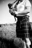 享用人黑白色的摄影使用在户外拷贝空间夏天领域的苏格兰传统苏格兰男用短裙用管道输送 图库摄影