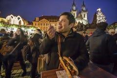 享用从圣诞节报亭的墨西哥游人热的鸡肉串在点燃期间圣诞树圣诞节事件在O 免版税库存图片