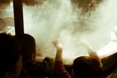 享用从灼烧的香火的日本孩子烟在著名佛教寺庙Senso籍在浅草,东京,日本 免版税库存图片
