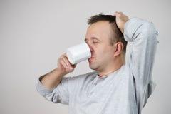 享用他的咖啡的疲乏的人 免版税图库摄影