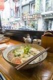 享用传统上海汤面 库存图片