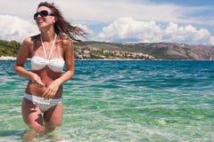 享用俏丽的海运妇女年轻人 免版税库存照片