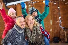 享用假期圣诞节假日的家庭画象 免版税图库摄影