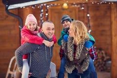 享用假期圣诞节假日的家庭 图库摄影