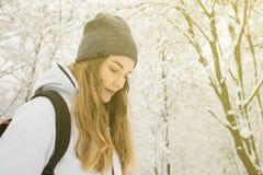 享用冬天山的妇女佩带舒适毛线衣和帽子旅行生活方式冒险概念假期入狂放 库存图片