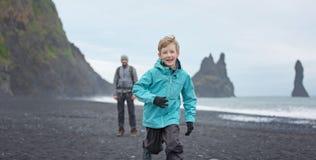 享用冰岛的家庭 免版税库存照片