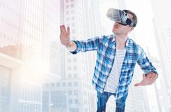 享用发怒的游戏玩家打VR比赛 免版税图库摄影