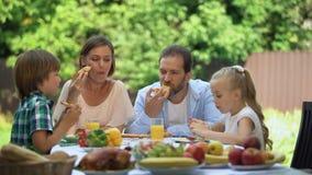 享用口味新鲜的被烘烤的比萨,一起用餐的家庭,食物送货服务 影视素材
