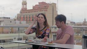 享用咖啡和点心在一个屋顶咖啡馆的夫妇在巴伦西亚 股票视频