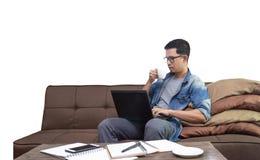 享用咖啡的亚裔人,当在家时工作作为freelace 图库摄影