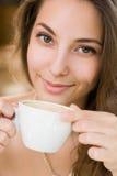 享用咖啡的少妇。 免版税库存图片