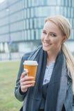 享用咖啡的少妇在一冷的天 图库摄影