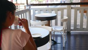 享用咖啡的美丽的少妇 秀丽式样女孩饮用的咖啡浓咖啡或茶 有杯子的夫人蒸 股票录像