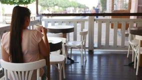 享用咖啡的美丽的少妇 秀丽式样女孩饮用的咖啡浓咖啡或茶 有杯子的夫人蒸 股票视频