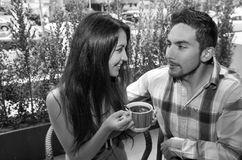享用咖啡的西班牙逗人喜爱的夫妇在舒适期间 库存图片