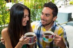 享用咖啡的西班牙逗人喜爱的夫妇在舒适期间 库存照片