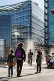 享用喷泉的游人 免版税库存图片