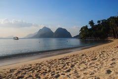 享用在一个平安的海滩,菲律宾 免版税库存照片