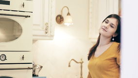 享用在一个明亮的厨房的妇女早晨咖啡 影视素材