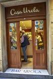 享用在一家餐馆里面的人们Pintxos在圣塞瓦斯蒂安 免版税图库摄影
