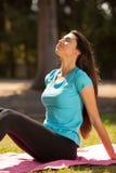 享用在体育前的年轻美丽的体育妇女 免版税图库摄影