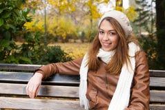 享用在公园的女孩 免版税库存图片