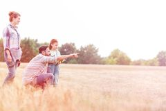 享用在农田的家庭 库存图片