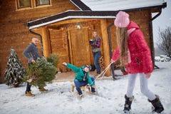 享用在冬天前夕的家庭 免版税库存照片
