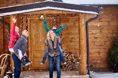 享用在冬天前夕的愉快的家庭 免版税库存照片