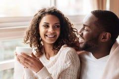 享用在咖啡馆的快乐的非裔美国人的夫妇茶 库存图片