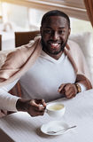 享用在咖啡馆的愉快的非裔美国人的人茶 图库摄影