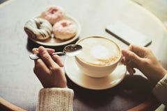 享用在咖啡馆的热奶咖啡 图库摄影