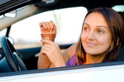 享用在她的汽车的妇女咖啡 库存照片