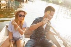 享用在小船的夫妇 免版税库存照片