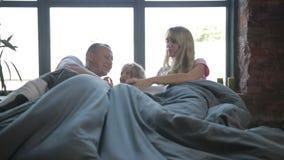 享用在床上的无忧无虑的家庭早晨 股票录像
