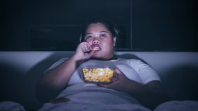 享用在床上的晚上的超重妇女 影视素材