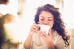 享用在早晨咖啡 15个妇女年轻人 图库摄影